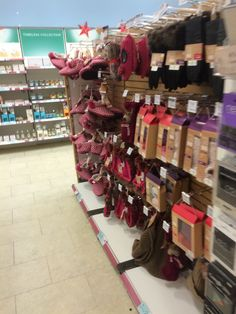 Boots - Nottingham - Christmas 2014 - Christmas Gift - New Fixtures - POS - Layout - Landscape - Visual Merchandising - www.clearretailgroup.eu Boots Christmas Gifts, Christmas 2014, Nottingham, Pos, Visual Merchandising, Wine Rack, Layout, Landscape, Simple