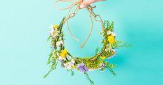 Make a stunning, fresh-flower crown in a snap with this easy how-to. Make a stunning, fresh-flower crown in a snap with this easy how-to. Flower Crown Tutorial, Flower Girl Crown, Flower Crowns, Floral Crown, Bunch Of Flowers, Diy Flowers, Flowers In Hair, Pretty Flowers, Flower Hair