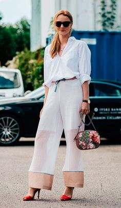 Street style look com camisa branca e pantalona.