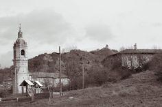 Euskal Herria, Álava / Araba, Gebara. La iglesia y al fondo el castillo. Febrero de 2013