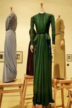 Créatrice méconnue aujourd'hui, Alix Barton dite Madame Grès a pourtant marqué la mode du XXe siècle. Son travail fait l'objet d'une rét... Green Evening Gowns, Vintage Evening Gowns, Vintage Dresses, Madame Gres, 1940s Fashion, Fur Fashion, Vintage Fashion, Madeleine Vionnet, Grecian Gown