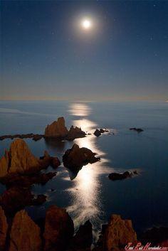 Luna llena en el Arrecife de las Sirenas. Cabo de Gata. Almería. (Fotografía de Pepe Ruiz) pic.twitter.com/XEGHPM0PWg