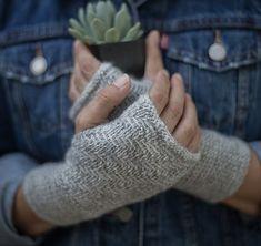 Smukke, fingerløse vanter i sildebensmønster. De virker næsten vævede pga. den tætte struktur. De er ikke svære at lave. Her strikket på pinde 3½ og 4. Diy Cleaners, Cleaners Homemade, Crochet Mittens, Knit Crochet, Knit Fashion, Free Knitting, Fingerless Gloves, Arm Warmers, Free Pattern