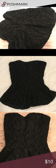 😍 Lace Black Tube Top Very flattering black lace peplum corset like top! Cup lightly padded. Tops Tank Tops