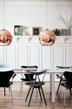 Iluminación: bolas de techo de color cobre · Lighting: copper ball pendants