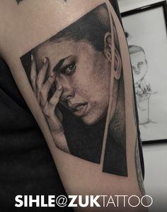 Retrato de una mujer en negro y gris.