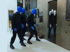 The Blue Men.  Taking in an image.    Einzigartiges Selbstportrait der Blue Man Group