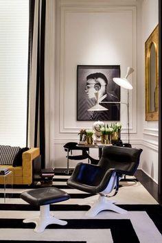 salon noir et blanc- fauteuil avec repose-pieds en cuir noir et métal blanc