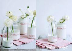 DIY: Alte Milchflaschen etc. in weißer Farbe schwenken und mit Buchstaben verzieren, als Vasen nutzen