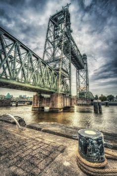 HDR foto van 'De Hef' (Koningshavenbrug) in Rotterdam die stamt uit 1927. Sinds 1993 is de brug niet meer in gebruik omdat de treinen via de Willemsspoortunnel kunnen rijden.  Foto door Raymond van der Hoogt. Zie voor meer: http://500px.com/Ray1968