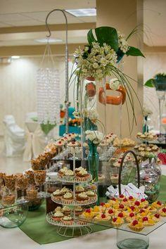 La mesa se llenó de postres dulces y salados para las invitadas.