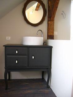 Crédit photo: Ikea Hacker Transformer une commode en meuble lavabo Une autre belle idée pour avoir un meuble lavabo pas cher et qui sort de l'ordinaire: utiliser une commode sur laquelle on pose une vasque. Ici, il s'agit d'une table de nuit Ikea Edland. Il ne reste plus qu'à bricoler des trous pour les tuyaux et le tour est joué. À voir ici.