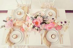 Ein Gäste Tisch für vier Personen - origineller Blumen Kranz