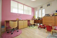 アクセントクロスで遊び心を 可愛らしい子供部屋