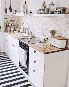 48 Catchy Small Kitchen Ideas That Can Make Inspire All People apartment kitchen Creative ideas can be put to good use when coming up with a small kitchen design. Small Apartment Kitchen, Home Decor Kitchen, Kitchen Interior, New Kitchen, Kitchen Dining, Nordic Kitchen, Kitchen White, Kitchen Cabinets, White Cabinets