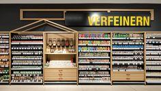Weiterentwickelt und aufgefrischt wurde in Altona die Gewürzwelt. Die Warenpräsentation rückt in den Vordergrund, das Regalmöbel wird so weit wie möglich zurückgenommen. Eine angedachte Nutzung der Gewürzwand für die Abfüllung loser Ware wird derzeit nicht umgesetzt. Die Schütten mit Gewürzen dienen rein dekorativen Zwecken. Grain Store, Liquor Shop, Retail Boutique, Food Retail, Store Layout, Retail Concepts, Stationery Design, Retail Design, Store Design