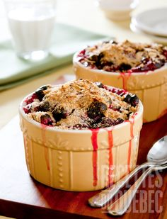 Peach and blueberry are a delicious combination in this sweet crumble. Sugar Free Desserts, No Bake Desserts, Easy Desserts, Dessert Simple, Dessert Ideas, Fruit Crumble, Blueberry Crumble, Blueberry Dump Cakes, Crockpot Dishes
