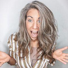 Transitioning to gray hair may not be simple, but as a result, you'll get a chic natural-looking hairstyle. Go gray easily with our guide! Grey Brown Hair, Grey Blonde Hair, Long Gray Hair, Dyed Gray Hair, Grey Hair Transformation, Grey Hair Care, Mushroom Hair, Gray Hair Highlights, Grey Hair Inspiration