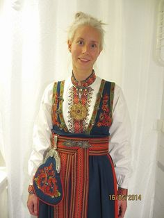 Øst / Aust Telemark bunad med skjorte og sølv Folk Costume, Costume Dress, Costumes, Inuit Clothing, Scandinavian Embroidery, Unique Dresses, Traditional Outfits, Beautiful Outfits, Norway