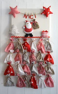 Individueller Adventskalender mit Wunschname:  Fröhliches 3D-Weihnachtsbild, versehen mit aufwändig genähtem Nikolaus, Sternen, Jutesack, Geschenk und Tannenbaum sowie einer Wäscheleine, an der der...