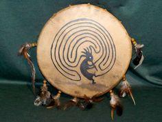 Tambour chamanique - Motif peint et plumes - 40 cm