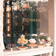 This beautiful patisserie is both a feast for the eyes and a delicious treat for the whole family. Make your way to this charming patisserie in the Marais. Patisserie Paris, Patisserie Design, Boutique Patisserie, Bakery Shop Design, Patisserie Cake, French Patisserie, Decoration Patisserie, Paris Bakery, Bakery Interior