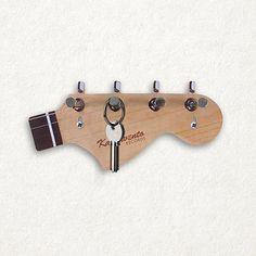 GANCHO PORTA-CHAVES GUITARRA. Porta- chave em formato de braço de guitarra. Material: MDF, ganchos de ferro. Mede 20 x 9 cm www.compredicas.com