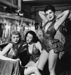 Las Vegas showgirl 1950 Backstage at Charlie Low's Forbidden City, Copa Girls ,Las Vegas Silver Folies Clu. Burlesque Vintage, Burlesque Show, Vegas Showgirl, Showgirl Costume, Costumes Burlesques, Burlesque Costumes, Photo Vintage, Vintage Photos, Vintage Glamour