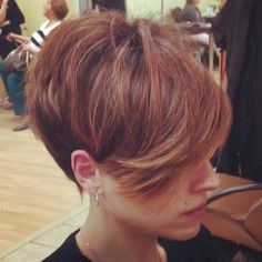 This is such a feminine stylish short cut!