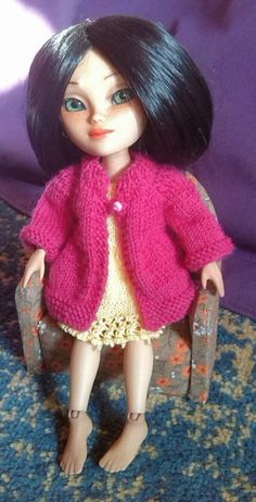 Knitted Basic Cardigan for Makie dolls (or Blythe) My Makie Zirella is modeling this little cardigan. It should also fit Blythe, but I have no Blythe doll to try it on ;) Free pattern available.