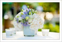Las novias actuales saben que poner color en su boda es una forma bella y original de transmitir sensaciones a los asistentes a su matrimonio. Por eso hoy te traemos una combinación delicada y muy de moda: flores lavanda para los centros de mesa.