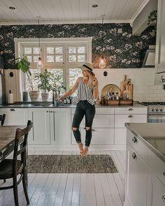 """Amalie Fagerli på Instagram: """"Freeeeedag! 🙌🏻🥂☀️ Ønsker deg verdens fineste! #kitchen #whatiwore #interiordesigner #svenngaarden #kjøkkeninspirasjon #kitchendesign…"""" Wake Me Up, Kitchen Cabinets, Table, Florida, Furniture, Home Decor, Decoration Home, Room Decor, Cabinets"""