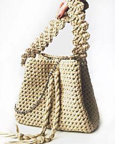 WEBSTA @ tabella_knit - Всем доброе утро!  Сумка-мешок (она же сумка-торба) - однозначно модный тренд. Эти объемные, очень вместительные сумки стали крайне популярны последнее время. Отличительные особенности сумки мешка - круглое или овальное дно, а также стяжка сверху сумки по типу баула. Эти конструктивные мелочи позволяют разместить внутри очень большое количество вещей, хотя внешне сумка будет выглядеть не очень громоздко.Торбомания захватила