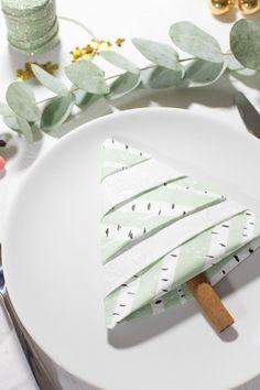 Christmas Napkin Folding, Christmas Tree Napkins, Christmas Table Decorations, Decoration Table, Simple Christmas, Christmas Diy, Xmas, Palette Diy, Wedding Napkins