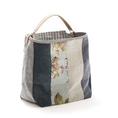 Mala, estilo saco em tecido, forrada. Alça em couro natural. Pode ser usado tanto no ombro como no braço. Medidas: 50x33x20 cm