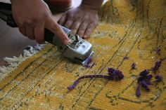 The threads are cut in order to make visible the special pattern on SURAVA. Textile Design, Designer, Carpet, Pattern, How To Make, Atelier, Patterns, Model, Rug