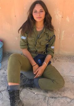 IDF - Women in the Israel Defense Forces - Uniform Idf Women, Military Women, Mädchen In Uniform, Israeli Female Soldiers, Israeli Girls, My Kind Of Woman, Hot Girls, Brave Women, Military Girl