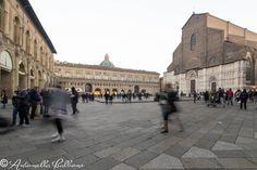 Bologna per le feste natalizie, un'affollata città in un sabato pomeriggio.