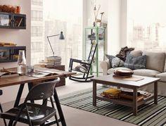 Rustikt vardagsrum med sofflösning, gungstol och matbord