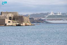 Empieza la temporada alta de #cruceros. Ayer en #ACoruña recibimos la visita de dos: el #Azura (P&O Cruises) con 3.500 pasajeros y el #Rotterdam (Holland America Line) con 1.300 visitantes.  En la imagen, el Azura despidiéndose de nuestra ciudad a su paso junto al Castillo de #SanAntón  #visitacoruña #cruceros #ilovecoruna #turismo #Galicia #España Rotterdam, San Francisco Skyline, Travel, Cruises, Castles, Tourism, Cities, Viajes, Destinations