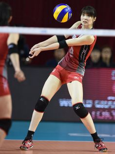 Saori Kimura of Japan recieves the ball against Russia during the FIVB World Grand Prix Final Group 1 on August 20 2014 in Tokyo Japan Action Pose Reference, Human Poses Reference, Pose Reference Photo, Action Poses, Volleyball Poses, Female Volleyball Players, New Girl, Athletic Events, E Motion