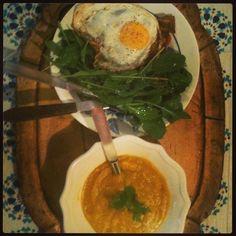 Simplicité gourmande : croque madame tomate basilic moutarde et roquette. Crème de courge graine de cumin et curcuma.