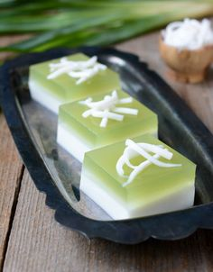 Thai Coconut and Pandan Agar dessert Wun Gati Bai Tuey Asian Desserts, Sweet Desserts, Dessert Recipes, Thai Recipes, Cooking Recipes, Thai Dessert, Vietnamese Dessert, Oreo Dessert, Dessert Food