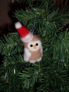 Miniatuur naaldvilten uil met kerstmuts door Creadivacreations