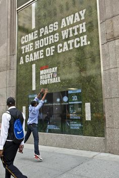 interactive storefront ESPN, that interacts with passers by. Sports Advertising, Clever Advertising, Sports Marketing, Street Marketing, Guerilla Marketing, Advertising Agency, Business Marketing, Interactive Exhibition, Interactive Display