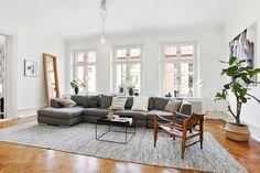 Luftig vardagsrum med hela tre höga fönster