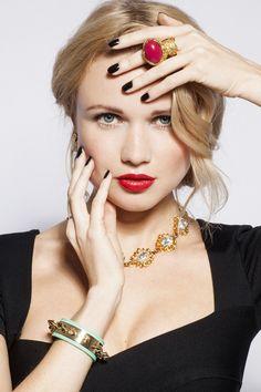 On craque pour les bijoux XXL ! Bague #YSL, collier #SoniaRykiel...