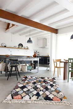 #reforma #cocina abierta en vivienda rehabilitada, sólo muebles bajos de color carbón con encimera de madera, suelo microcemento.