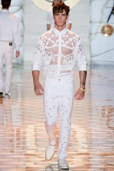 Versace Spring/Summer 2015 by Adriano B. Donatella Versace presented her Spring/Summer 2015 collection during Milan Fashion Week. Fashion Show, Mens Fashion, Fashion Design, Fashion Trends, Milan Fashion, Spring Summer 2015, Spring Summer Fashion, Style Summer, Versace Men