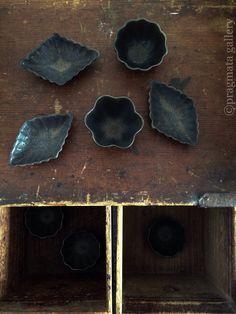 """Salt & Pepper"" Mini plates by Naoko Nagamine.  「塩胡椒」 長峰菜穂子さんのミニ皿  #ceramics #pottery #japanese_pottery #gallery #Tokyo"